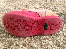 La semelle des chaussures Kickers est antiderapante.