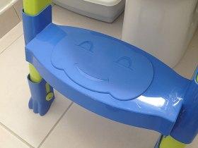 L'enfant peut grimper sur le le réducteur de WC Kiddyloow grâce à un marche pied.