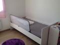 Un petit espace entre le barrière et le pied du lit permet d'accéder au couchage.
