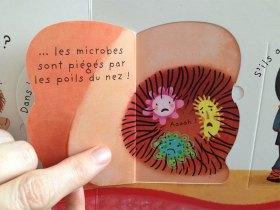 L'enfant peut découvrir plein de choses en soulevant les rabats du livre.