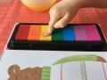 Tout l\'intérêt de ce livre est que l\'enfant peut peindre avec ses doigts.