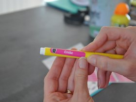 Vous pouvez aussi mettre le prénom de votre enfant sur des stylos grâce aux petits stickers Signoo.