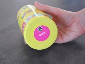 Les stickers ronds résistent à l'eau.