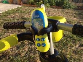 Il y a un jouet (téléphone) sur le tricycle Smart Trike