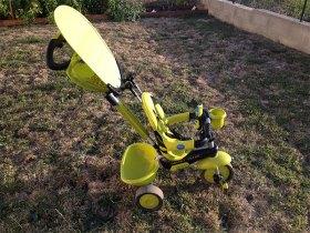 Une ombrelle rabattable est intégrée sur le tricycle Smart Trike.