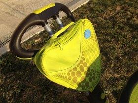 Le tricycle Smart Trike possède une pochette de rangement sur la canne directionnelle.