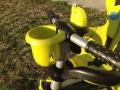 Sur le devant du guidon du Smart Trike, il y a un range biberon / gourde...