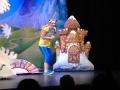 Capucine fait participer les enfants durant le spectacle.
