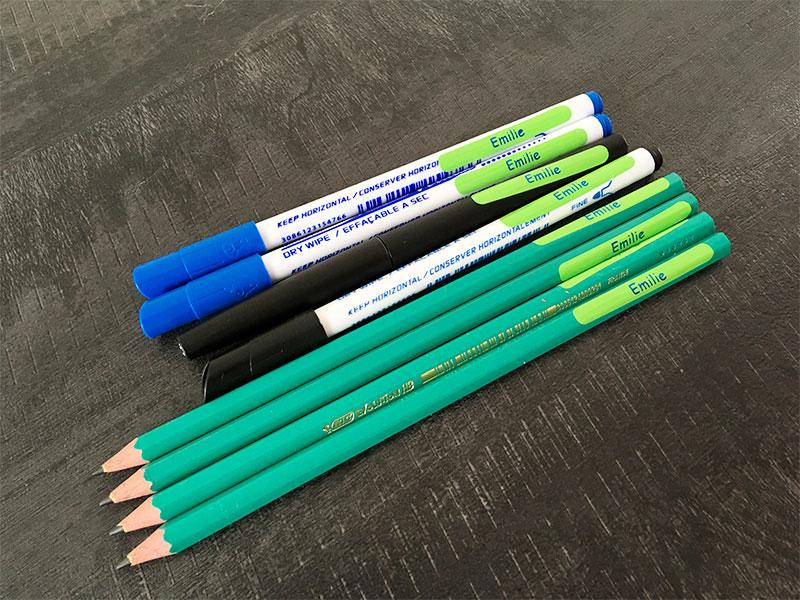 Marquer le nom de l'enfant sur ses stylos.