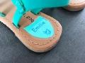 Étiquette personnalisée pour marquer les chaussures de l'enfant.