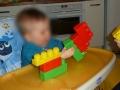 Grâce aux Mega Bloks, bébé peut faire de nombreuses constructions.