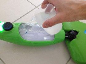 Ce balai vapeur ne fonctionne qu'avec de l'eau et surtout aucun produit ménagé.