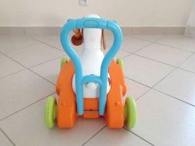 Grâce à la barre présente à l'arrière du porteur, l'enfant peut s'y accrocher pour marcher ou se faire pousser quand il est assis.
