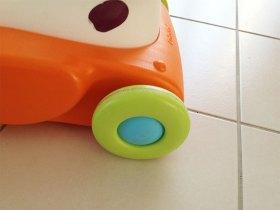 Les roues du porteur smoby sont très résistantes car elles peuvent supporter le poids d'un adulte.