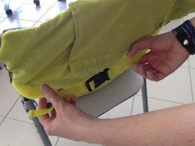 Terminez la mise en place du siège nomade Babytolove en accrochant les sangles à l'arrière de la chaise.