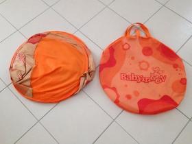 La Tente anti-UV de Babymoov quand elle est repliée se range dans une saccoche.