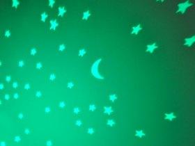 Voici une belle constellation verte projetée au plafond de la chambre.